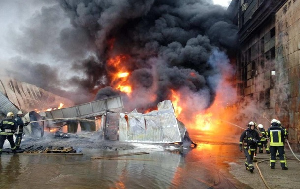 У Києві велика пожежа в промзоні на Подолі