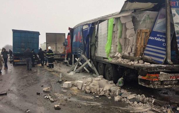 П ять фур потрапили в ДТП на трасі Київ-Чоп: є жертви