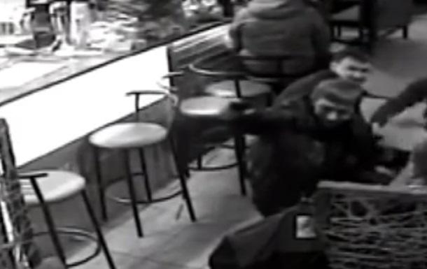На Донбасі прокурори влаштували в кафе стрілянину