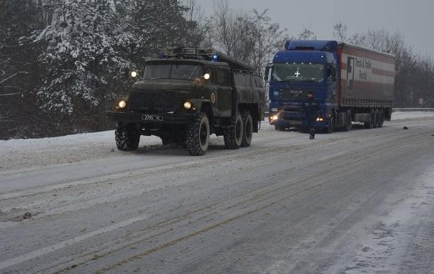 Вантажівкам заборонили в їзд до Києва через прибирання снігу