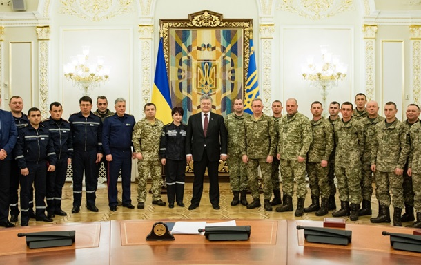 Порошенко нагородив бійців ЗСУ і співробітників ДСНС за Авдіївку