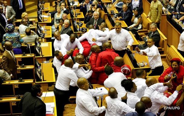У парламенті ПАР побилися депутати