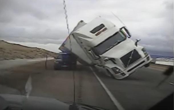 У США вантажівку здуло вітром