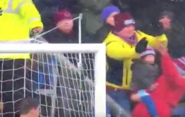 Фанат Бернлі героїчним вчинком врятував дитину від удару м ячем