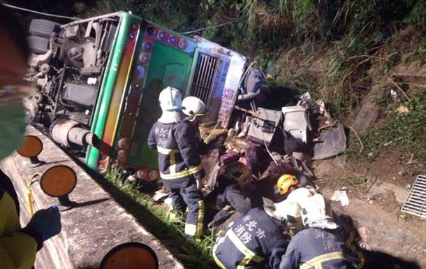 На Тайвані перекинувся автобус: 32 загиблих