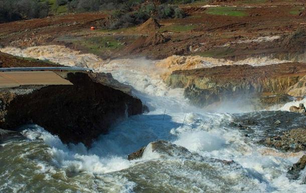 Руйнування греблі в Каліфорнії: евакуйованим дозволили повернутися