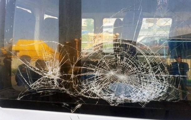 В Абхазії закидали камінням автобус з туристами з Росії