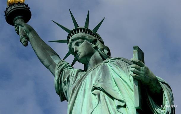 На статую Свободы в США повесили приветственный баннер для беженцев