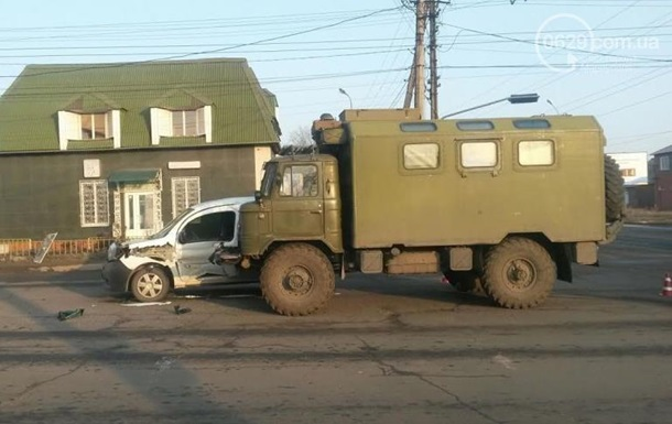 В Мариуполе военный грузовик столкнулся с легковушкой