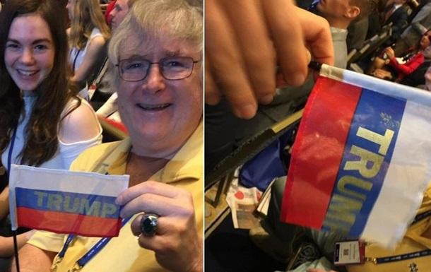 На конференції Трампа роздали російські прапори