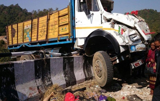 В Індії перекинулася фура з людьми: 16 жертв
