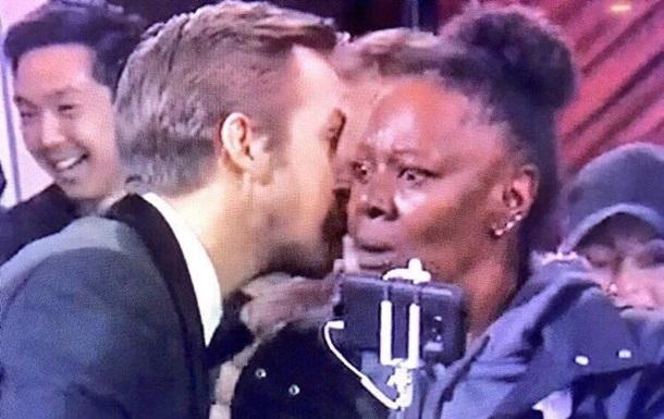 Поцілунок туристки на Оскарі став мемом