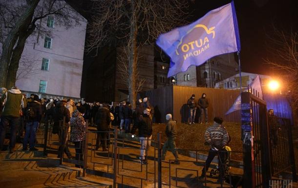 Біля будівлі Солом янського суду залишаються активісти - ЗМІ