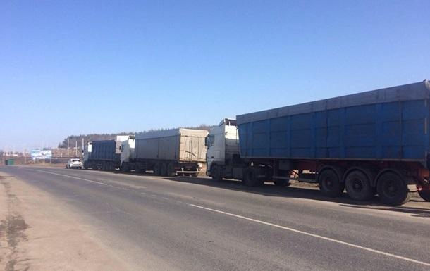 В Україні заблокували десятки вантажівок зі сміттям зі Львова