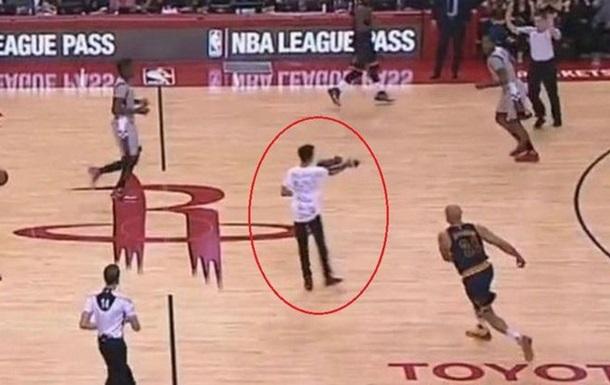 Уболівальник вибіг на майданчик під час матчу НБА