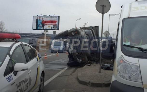 У Києві на мосту перекинулася вантажівка, є жертви