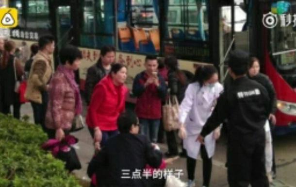 У Китаї автобус в їхав у людей
