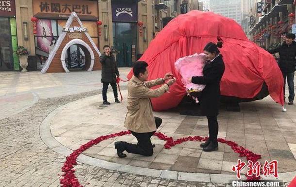 Китаєць подарував нареченій замість квартири гігантський камінь