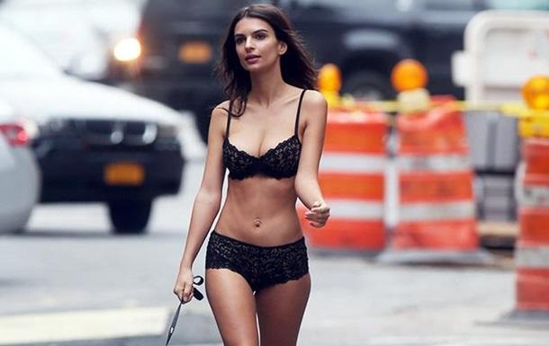Эмили Ратаковски в белье прогулялась по Нью-Йорку