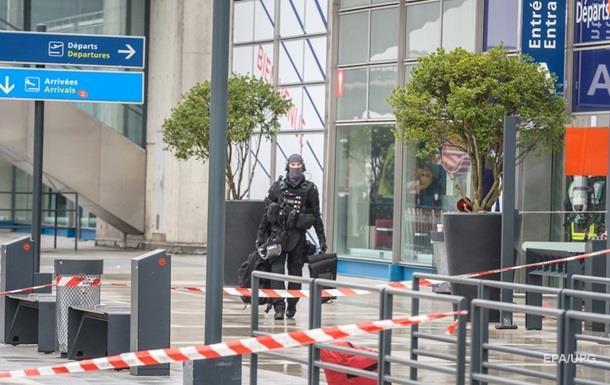 Атаку на военных в аэропорту Парижа квалифицировали как теракт