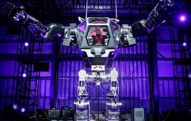 Глава Amazon протестировал гигантского робота