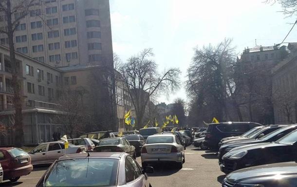 Активісти перекрили рух біля Ради