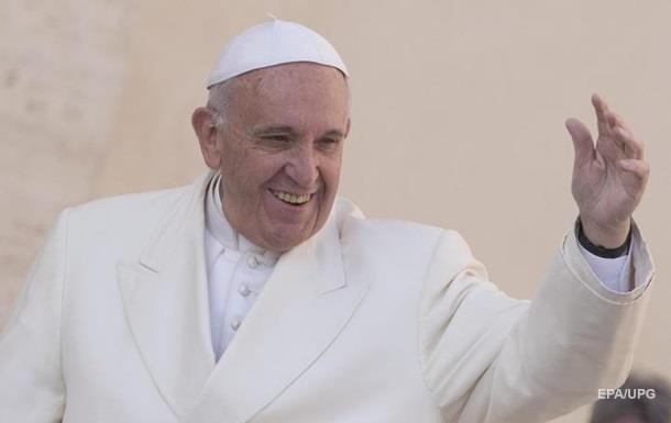 Дівчинка зірвала головний убір з Папи Римського