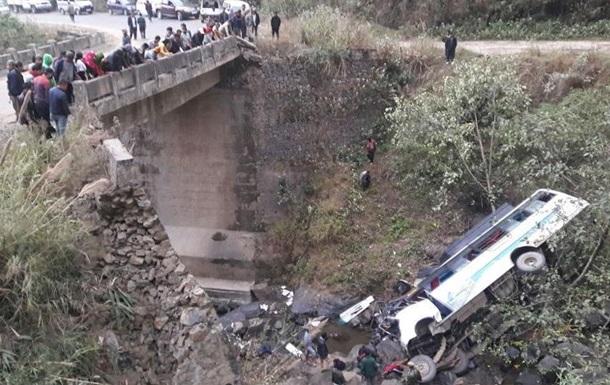 В Індії автобус впав у річку: 10 загиблих