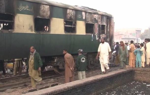 У Пакистані поїзд зіткнувся з нафтовою цистерною