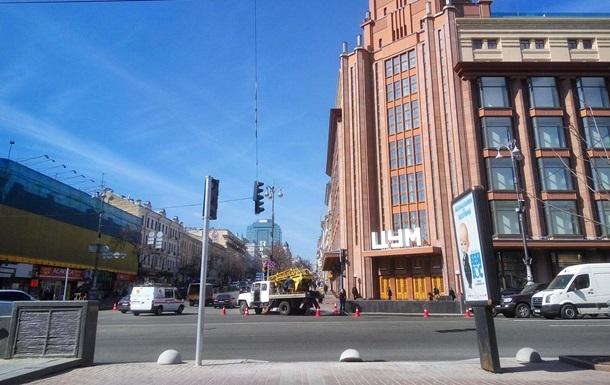 У Києві на Хрещатику встановлюють перші світлофори для пішоходів