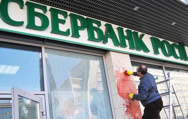 Кому выгоден уход российских банков?