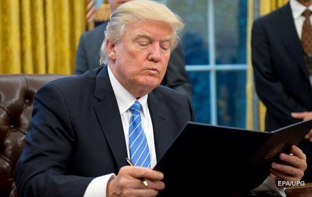 Трамп пішов з церемонії, забувши підписати документи
