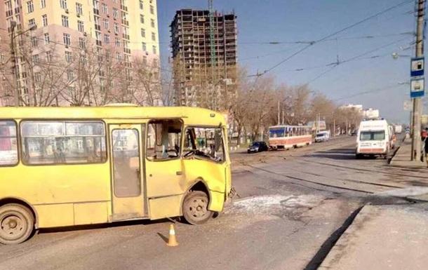 У Києві зіткнулися маршрутка і трамвай, є постраждалі