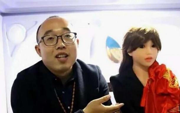 Разочарованный в женщинах китаец женился на роботе