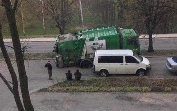 У Львові під асфальт провалився сміттєвоз