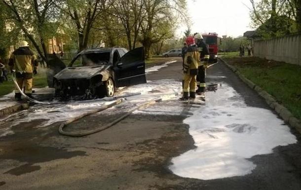 ЗМІ: В Ужгороді спалили Mercedes полковника поліції