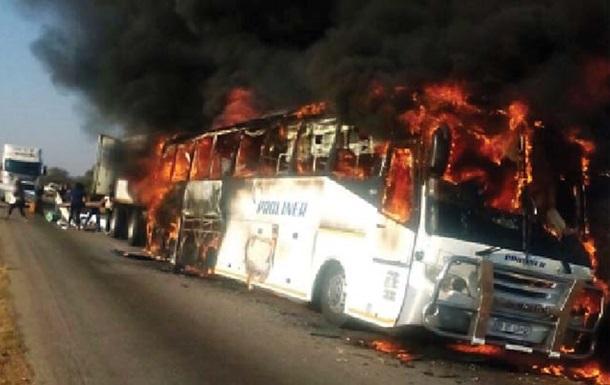 У Зімбабве зіткнулися тягач і автобус: загинули 30 осіб