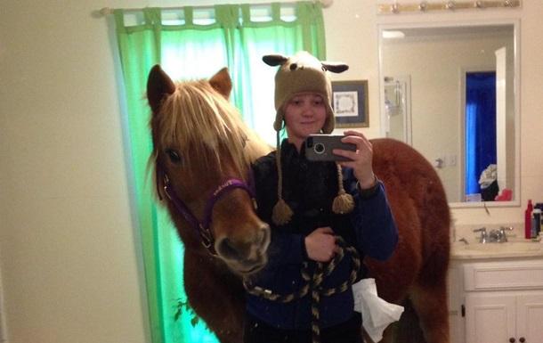 Дівчинка привела коня у батьківську ванну задля селфі
