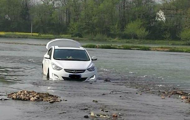 Китаєць, повіривши GPS, застряг в авто посередині річки
