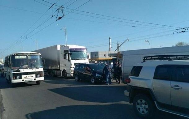 У Києві вантажівка врізалася в п ять авто на світлофорі