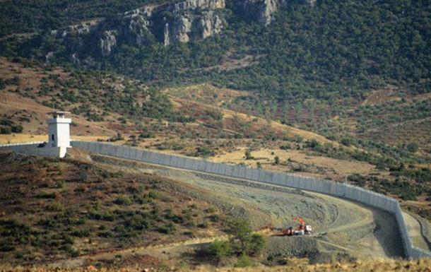 Туреччина побудувала на кордоні з Сирією гігантську стіну