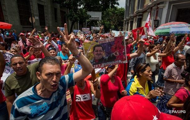 У Венесуелі камінням закидали авто президента