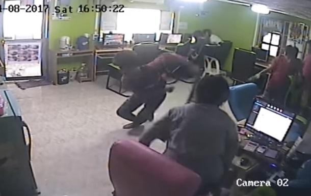 В Таиланде змея укусила мужчину за зад