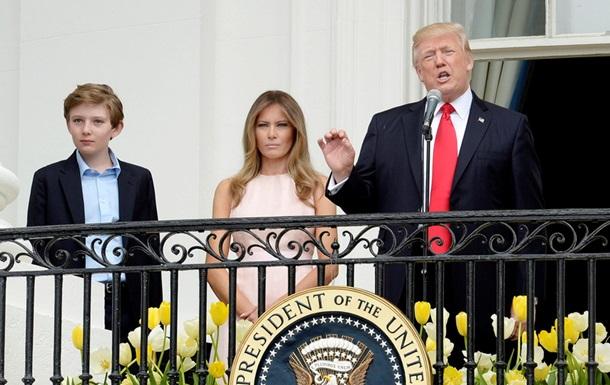 Дружина нагадала Трампу покласти руку на серце під час гімну