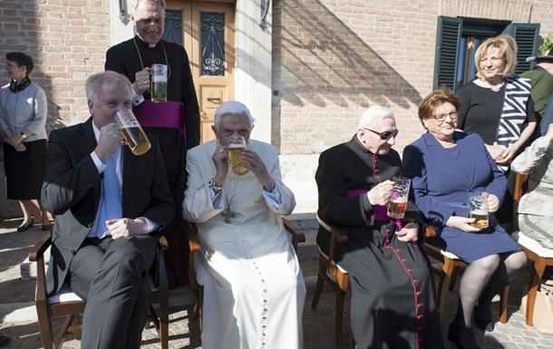 Экс-Папа Римский Бенедикт XVI отметил 90-летие кружкой пива