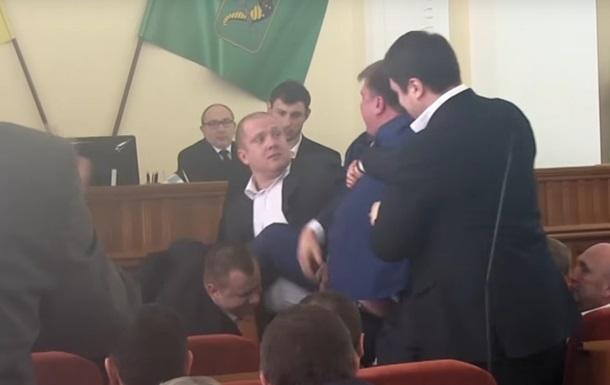 З міськради Харкова виволокли екс-депутата