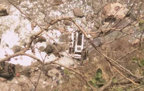 В Індії автобус упав в ущелину: 45 жертв