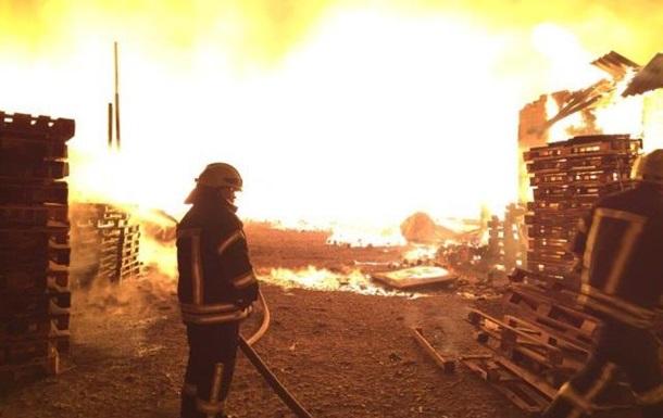 Під Києвом всю ніч гасили масштабну пожежу на складах