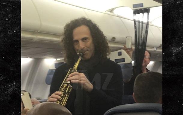 Зірковий саксофоніст влаштував концерт у літаку