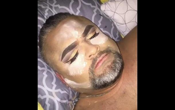 В США дочь сделала макияж спящему отцу